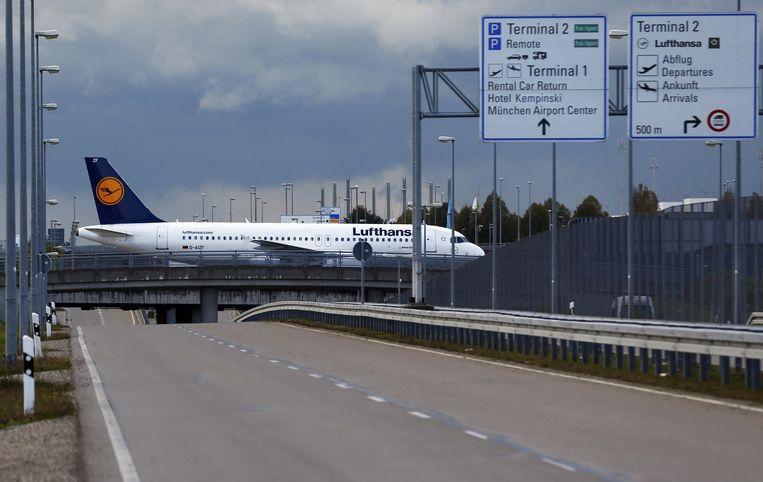 Een vliegtuig taxiet op het vliegveld van München. Beeld reuters