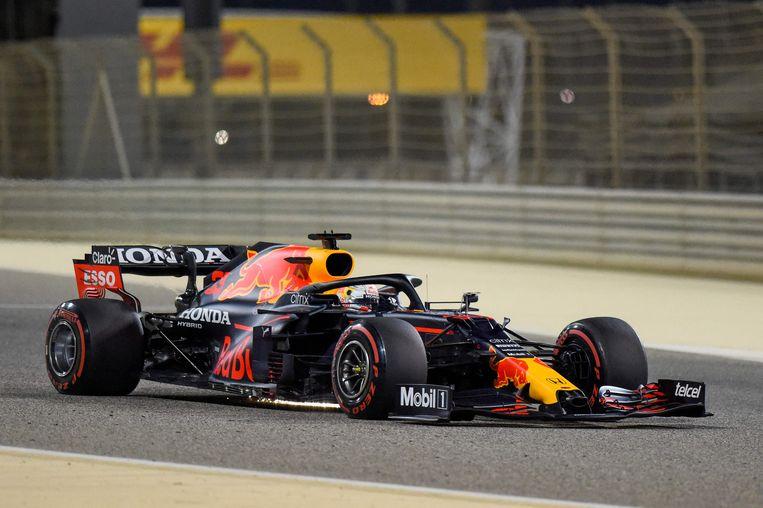 Max Verstappen in zijn Red Bull tijdens een testwedstrijd op het circuit van Bahrein waar komend weekend de eerste Grandprix wordt verreden.  Beeld AFP