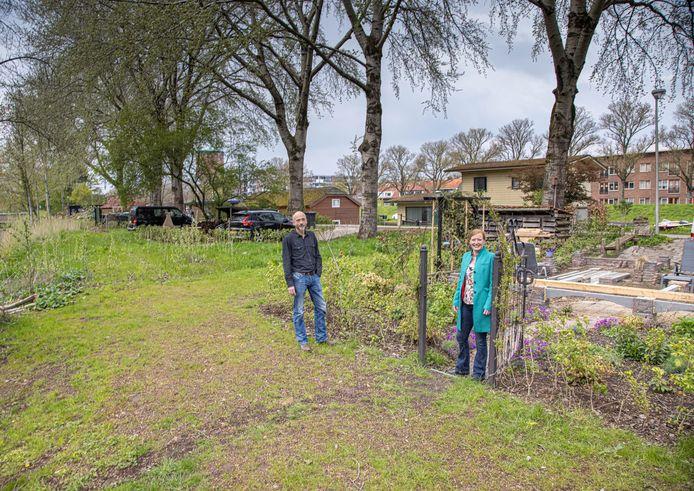 Andre den Hamer en Marjon Florijn in de tuin van laatstgenoemde. Het fundament voor haar schuur met veranda ligt er al.