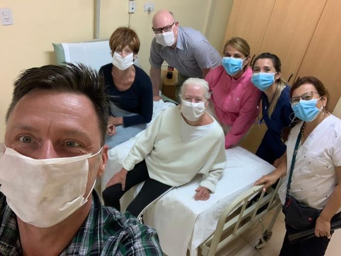 De oud-Waddinxvener Erik Visscher staat op de achtergrond van de door zijn man Patrick de Groot gemaakte selfie in het Argentijnse hospitaal in Nueva Esperanza.