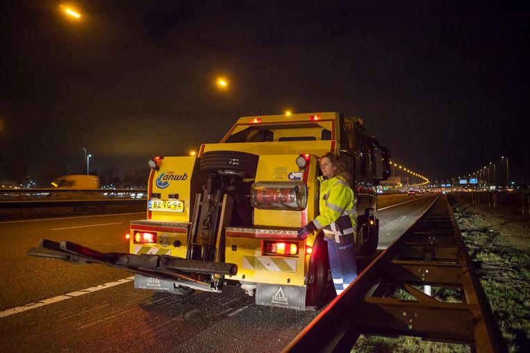 Pas als de vluchtstrook is veiliggesteld, ontfermt lepelwagenchauffeur Hélène Mourik zich over bestuurders van kapotte auto's Beeld Julie Hrudova
