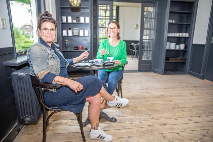 Miranda Dieleman (groen vestje) en Sandra Romeijnders zitten in Theehuis de Pastorie in Ovezande.