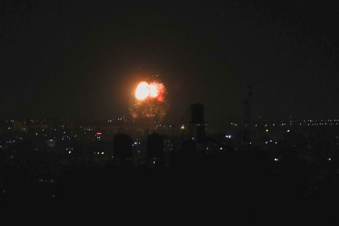 L'armée israélienne a indiqué que ses avions de combats avaient ciblé des positions du Hamas dans la bande de Gaza en représailles à des tirs de ballons incendiaires, plus tôt jeudi, et des journalistes de l'AFP dans ce territoire palestinien ont aussi fait état de déflagrations dans la nuit.