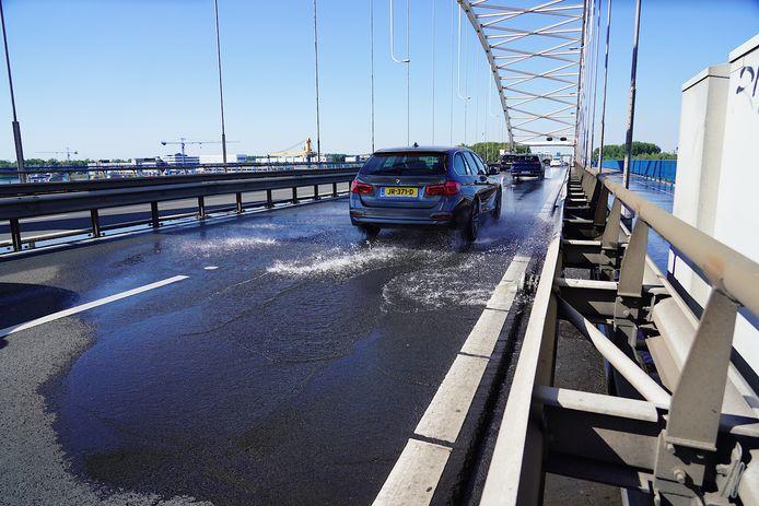 De Merwedebrug werd vrijdag vanwege de hitte gekoeld met water. Het verkeer op de A27 moest daardoor langzamer rijden.