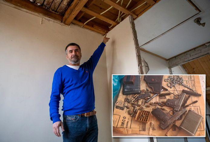 Ramazan Corumlu wijst naar de plek op zolder waar de vuurwapens jaren hebben gelegen. Inzet: de pistolen en kogels zaten in een krant uit 1958.