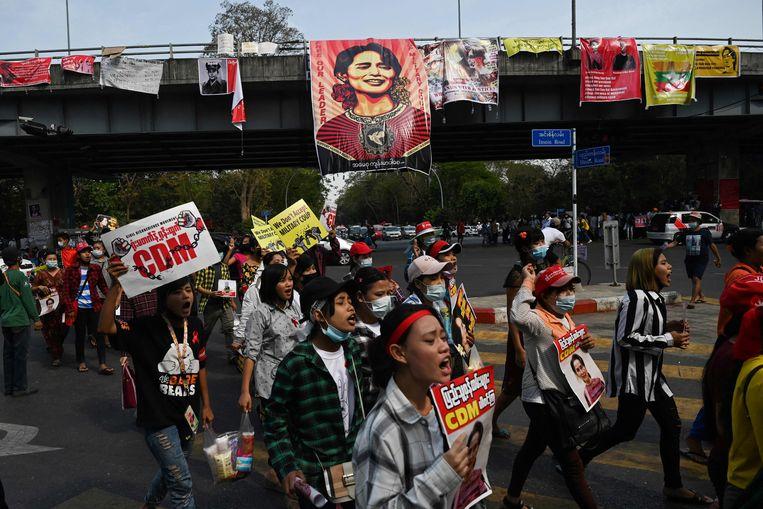 Een protest tegen het militaire bewind vrijdag in Yangon. Beeld AFP