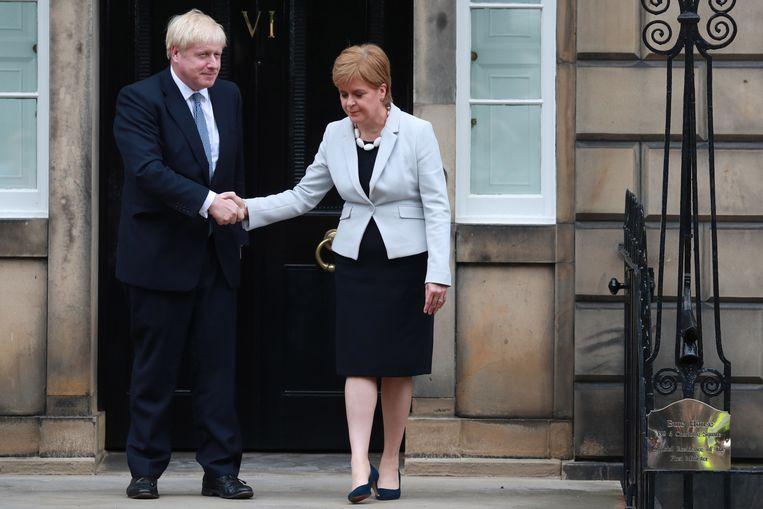 Nicola Sturgeon (R) beschuldigt de Britse premier Boris Johnson (L) ervan een brexit zonder akkoord na te streven.