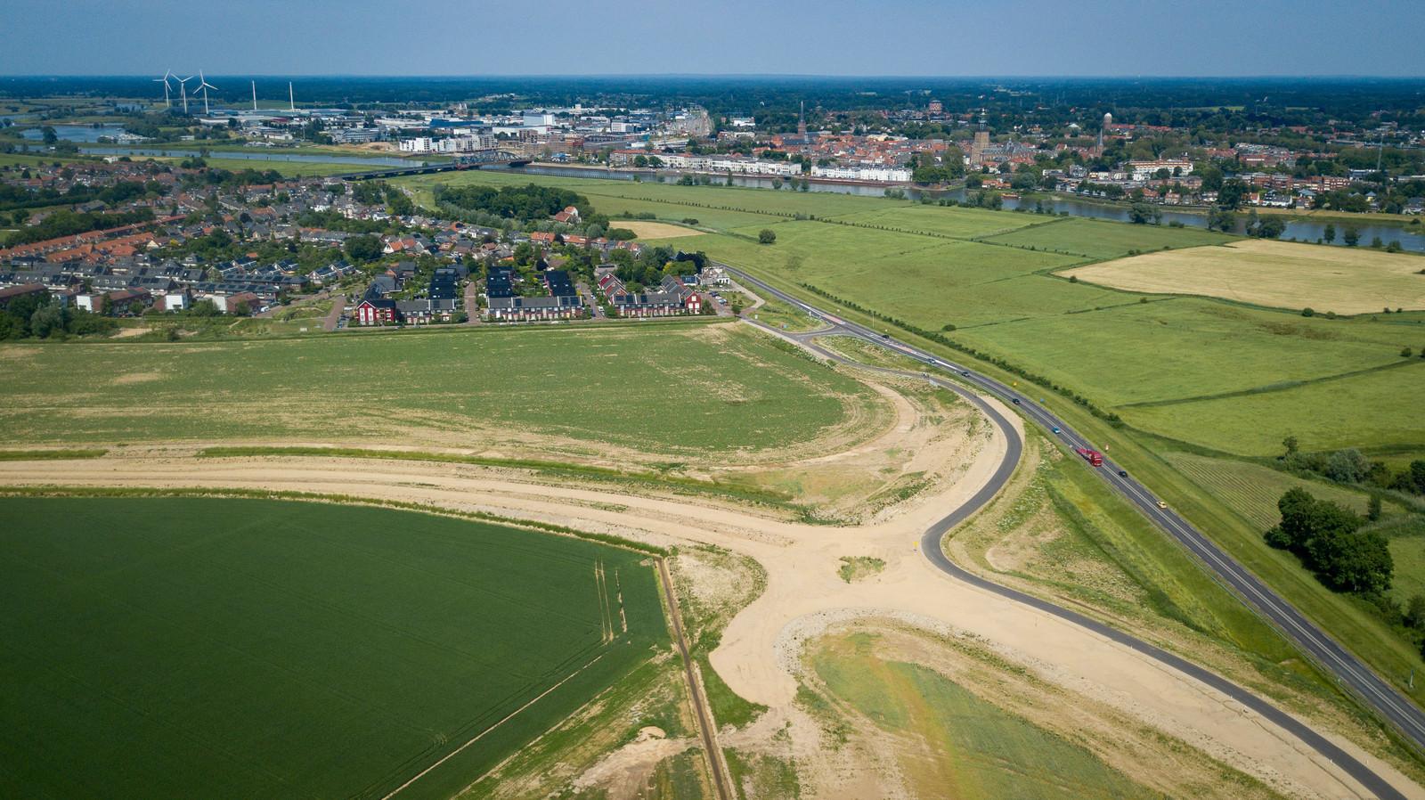 De contouren van de nog aan te leggen turborotonde zijn op de N345 tussen Zutphen en Brummen al te zien. De definitieve aanleg van die turborotonde loopt zoveel vertraging op dat de uiteindelijke rondweg op z'n vroegst pas na de zomervakantie van 2022 wordt geopend.