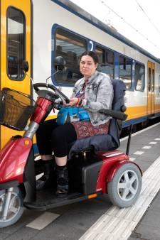 Geta zat alweer vast in de trein met haar scootmobiel