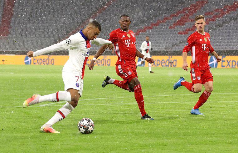 Kylian Mbappe van Paris Saint-Germain scoort de eerste goal tijdens de kwartfinale tegen Bayern München.  Beeld Getty Images