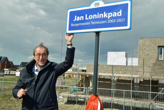 Half april mocht burgemeester Jan Lonink in de Terneuzense nieuwbouwwijk Othene al een bord onthullen met een naar hem vernoemd pad.