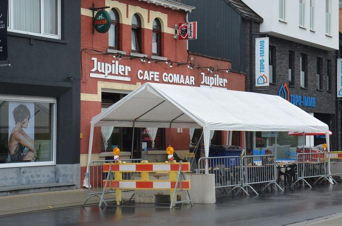 Het uitgebreide terras van café Gomaar in Denderhoutem (Haaltert).