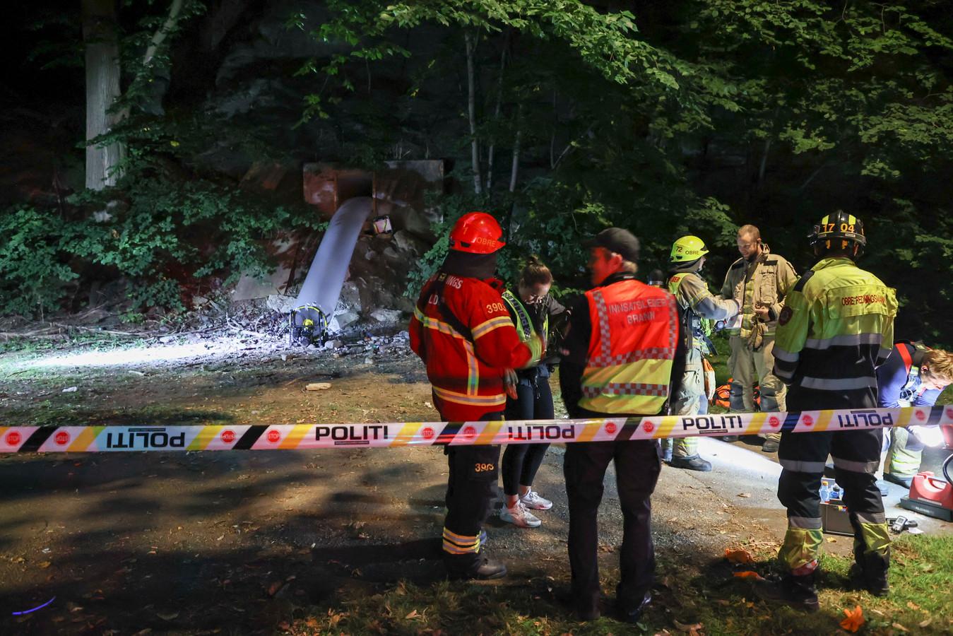Brandweerlieden inspecteren de bunker waar het feest plaatsvond.