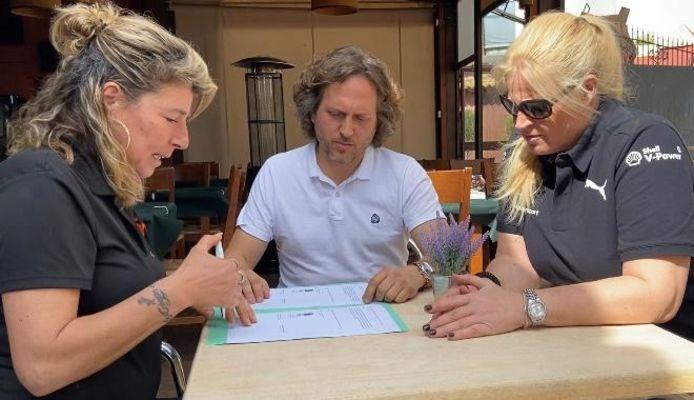 Eduardo Cerdá en Laura Hoitsema ondertekenen het contract.