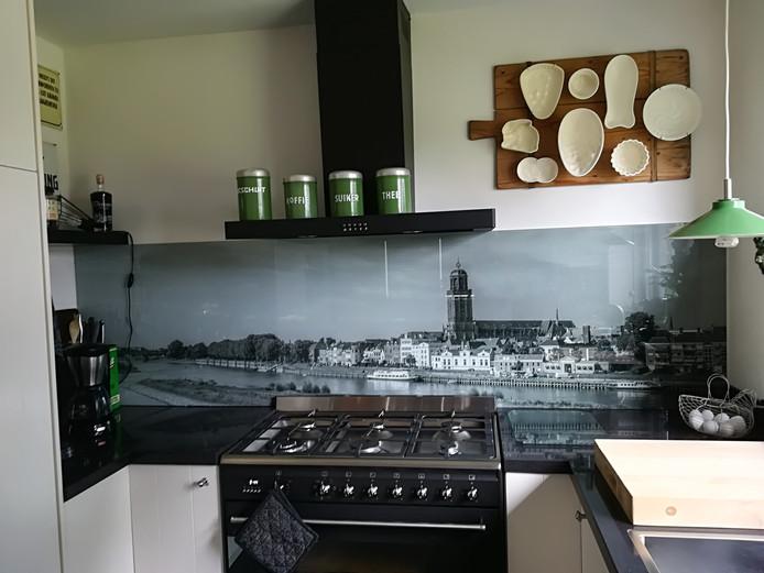Ook wij hebben de skyline van Deventer, al twee jaar, in de keuken. Mijn vrouw en ik zijn beiden geboren in Deventer, we wonen nu aan de Deventerweg in Laren (Gld.). De skyline blijft toch een vorm van thuiskomen, vinden Nico en Liesbeth Pluim