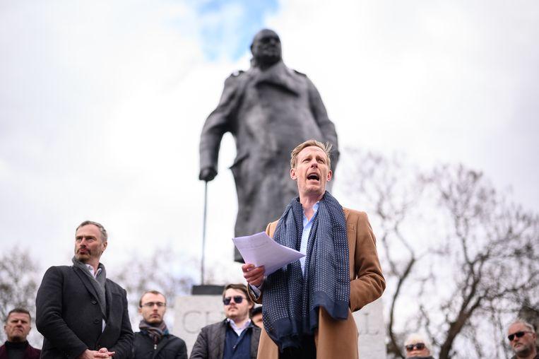 Laurence Fox lanceert zijn campagne bij het standbeeld van Winston Churchill. Beeld Getty Images