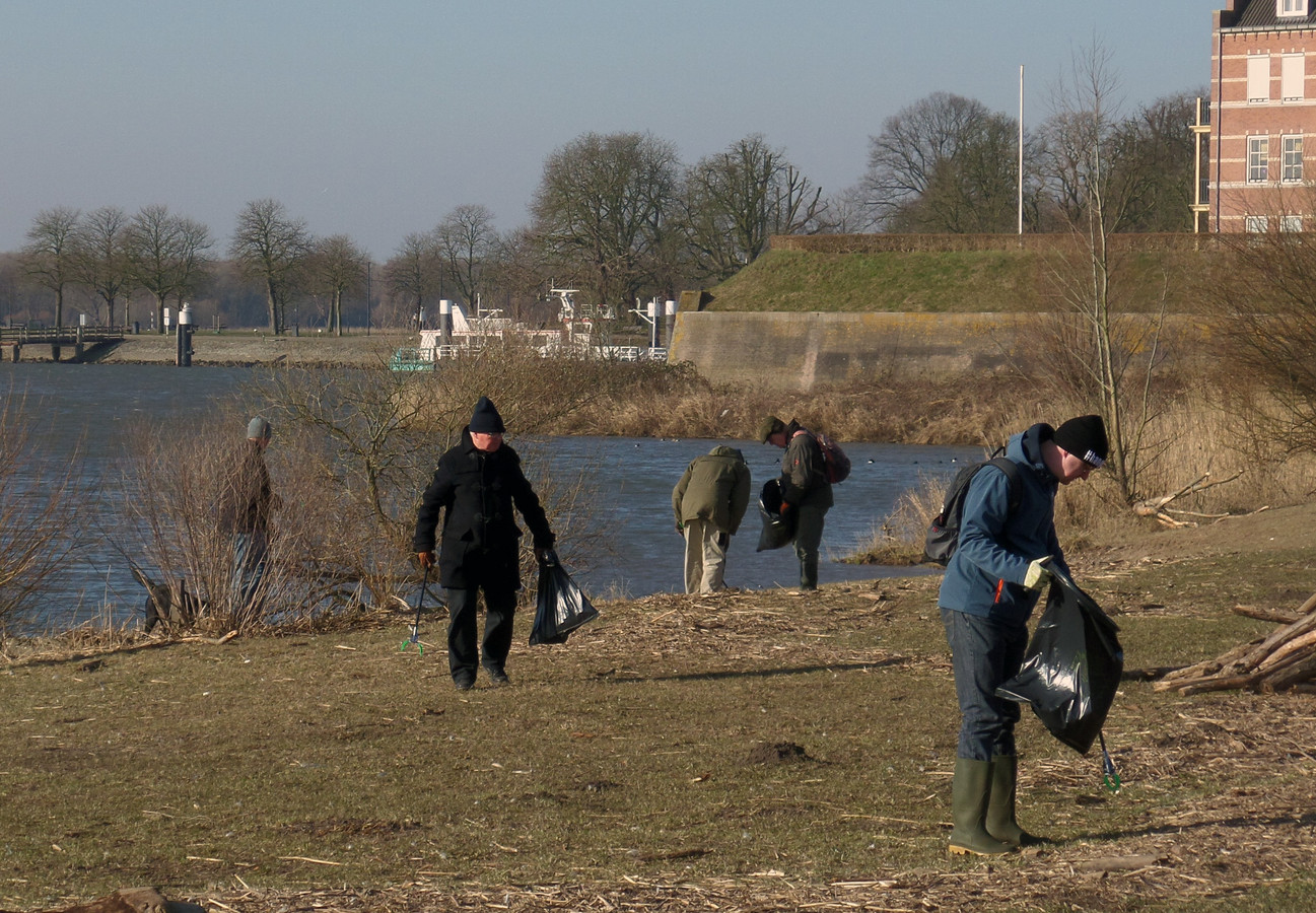 Een schoonmaakactie vorig jaar in de Woelse Waard leverde veel zwerfafval op, hoofdzakelijk plastic.