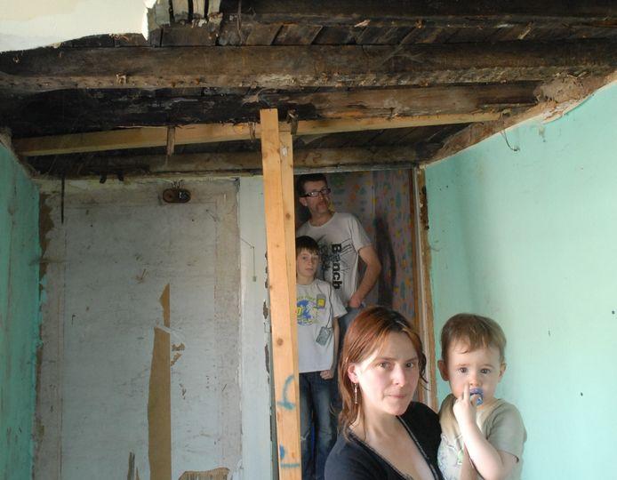 Christ Dumolin, Fanny Vanlerberghe, Jordy en Jaidy (2) bij het nog niet herstelde dak.