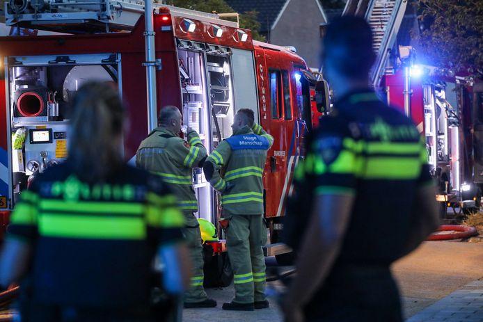 Brandweerlieden na de woningbrand aan 't Hofje in Arnhem, dinsdagavond.