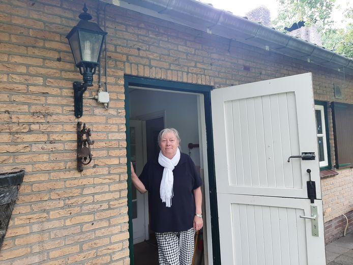 Maria Marcus bij de woning die voorheen aan haar moeder - en makelaar Honders - toebehoorde.