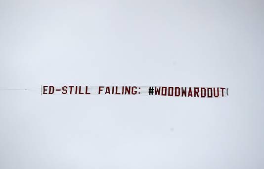 Fans van ManUnited zijn klaar met clubbaas Ed Woodward, zo getuigt deze banner die aan een boven Old Trafford cirkelend vliegtuigje hing.