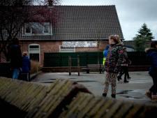 School in Puiflijk plaatst hoge schutting tussen huis en schoolplein tegen prikkeldraad-gevaar