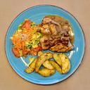 Eén van de hoofdgerechten van het takeaway-diner bij De Volksbond in Zonnebeke: basse-côte van Passendaler met groenten en Volksbond-patatjes.