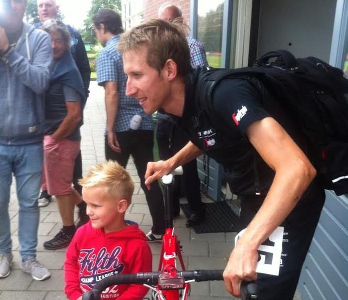 Bauke Mollema met een fan bij de Acht van Chaam