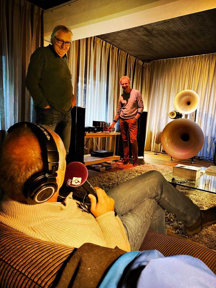 Presentator Lex Bohlmeijer (links) van NPO Radio 4 op bezoek bij Ton van der Veeken en Caspar Bunge (rechts).