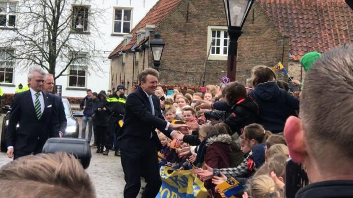 Koning Willem-Alexander arriveert bij Slot Loevestein. Kinderen van de Juliana van Stolbergschool uit Poederoijen zorgen voor een gezellig ontvangst.