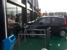 Man trapt verkeerde pedaal in en rijdt tegen Albert Heijn-gevel in Zaltbommel