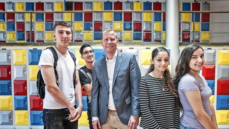 Directeur Eric van 't Zelfde van het OSG Hugo de Groot in Rotterdam met een paar van zijn leerlingen. Beeld null