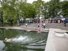 Hengelose 'ijsbeer' Annie Doornbos zwemt tien minuten in geopend Tuindorpbad