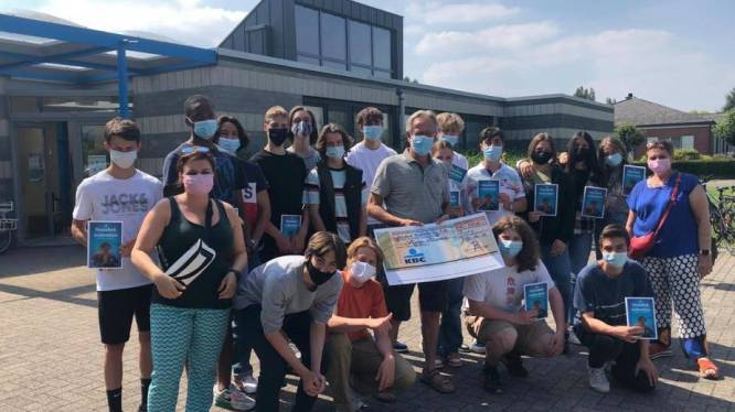 """Leerlingen Sjabi brengen cheque naar zwembad Dolfijntje: """"Dankbaar voor actie na moeilijk coronajaar"""""""