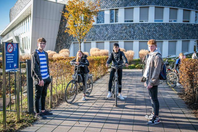 Jens van 't Westeinde, Iris Goedegebuure, Kevin Wang en Michon van der Bijl fietsen nog gewoon in groepjes naar school, maar zijn wel wat voorzichtiger geworden.