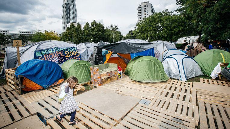 Het geïmproviseerde tentenkamp in het Brusselse Maximiliaanpark, waar vluchtelingen vorig jaar tijdelijk onderdak kregen. Beeld Wouter Van Vooren