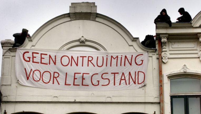 Uit protest tegen het kraakverbod brengen actievoerders de nacht door bij het Vijheidsbeeld op het plein in Amsterdam. Archieffoto GPD Beeld