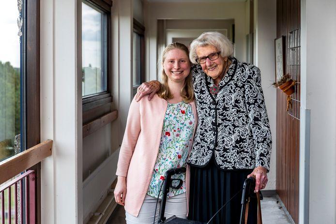Maria Piël (100) en Marit de Jong (27) in Zorgcentrum Tuindorp Oost.