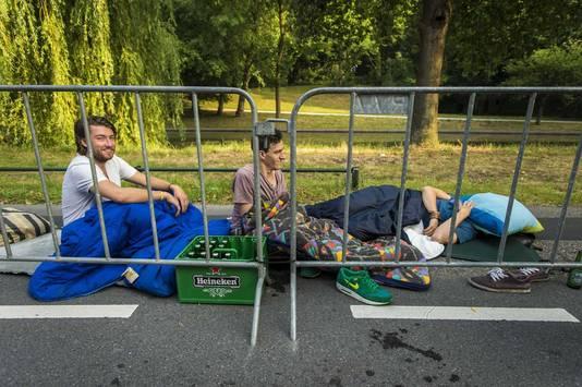 Wielerliefhebbers hebben overnacht langs de route van de eerste etappe.