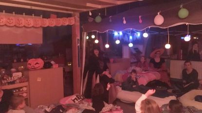 Kleuters overnachten op school in halloweenstijl