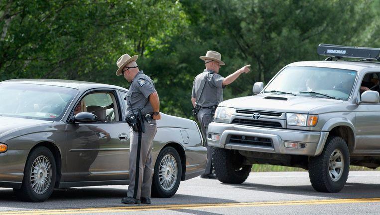 Politieagenten bemannen een 'road block' in een poging de ontsnapte moordenaar David Sweat te vinden. Beeld afp