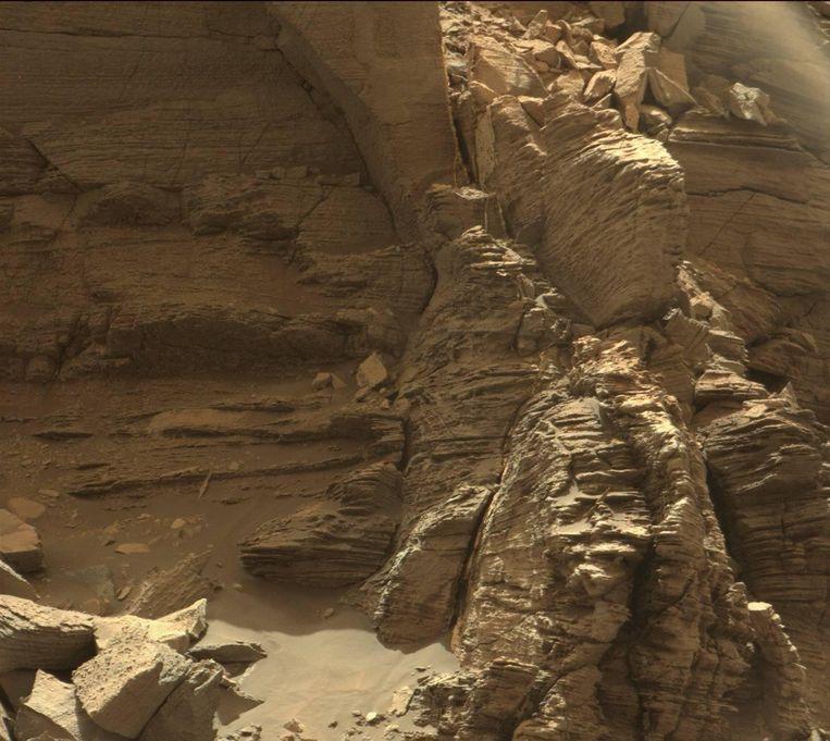 Mount Sharp op Mars. Wie de raadselen van de rode planeet ontrafelt, leert ook meer over waarom het leven op aarde kon floreren terwijl Mars verstofte tot levenloze woestijnplaneet. Beeld NASA