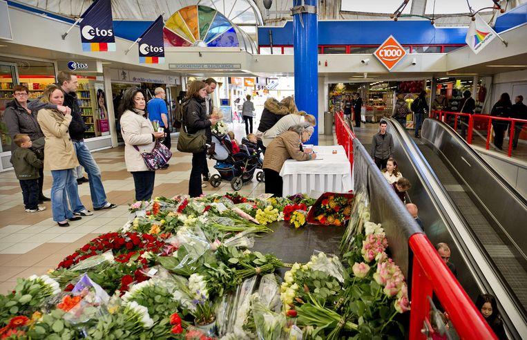 Bezoekers tekenen een condoleanceregister in winkelcentrum De Ridderhof in Alphen aan den Rijn, drie dagen na de schietpartij in 2011. Beeld ANP