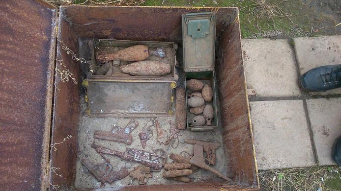 Wapens en granaten die uit de vuilverbrandingsoven komen.