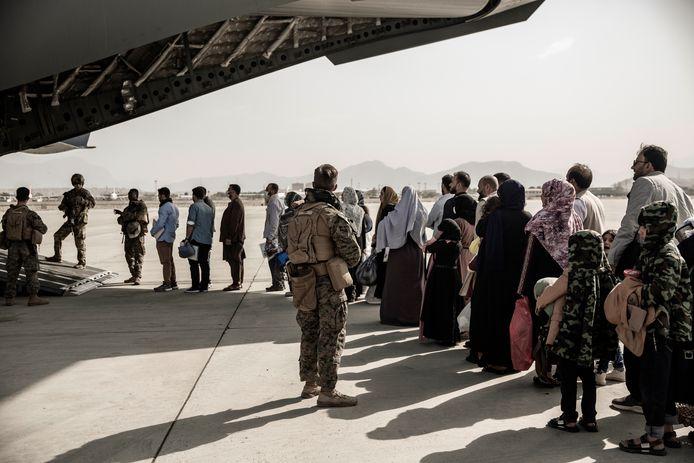 Afghanen worden door het Amerikaanse leger geëvacueerd.