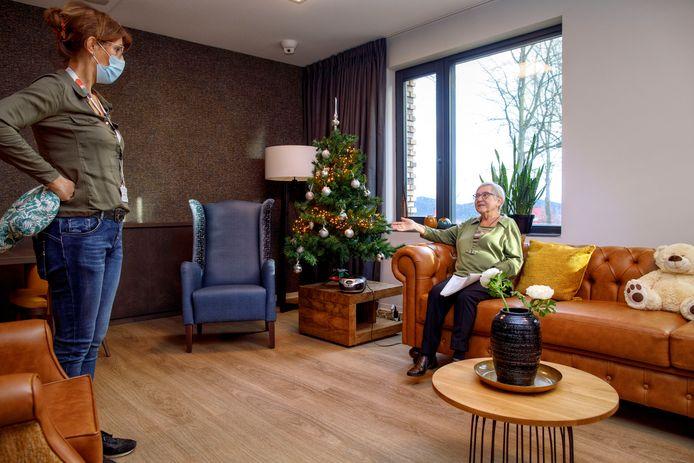 Mevrouw Van Bijnen (r) in een van de gezamenlijke huiskamers van het nieuwe Park Vossenberg in Kaatsheuvel.
