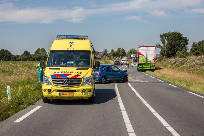 Auto met aanhanger botst tegen vrachtwagen in Oudenbosch.