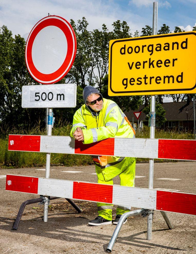 Jeroen van Bergeijk undercover als verkeersregelaar. Beeld Jiri Büller