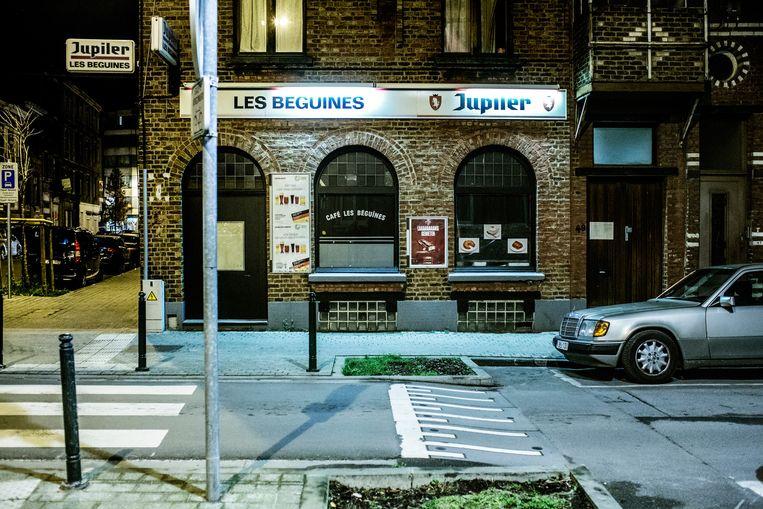 Aan de gevel van café Les Béguines, tot eind september uitgebaat door Brahim, brandt de neonreclame nog, ook al is de zaak door de politie gesloten. Beeld Franky Verdickt