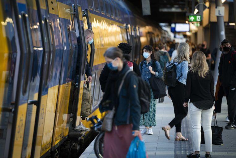 Reizigers op Utrecht Centraal.   Beeld Jeroen Jumelet / ANP
